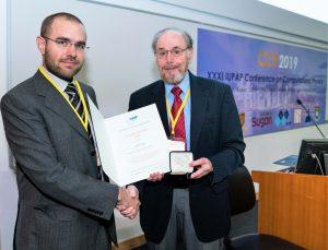 Dr Carrete receiving the award from Prof David Landau (Chair, C20)