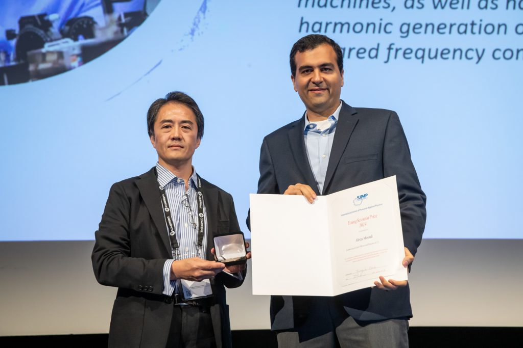 Dr Alireza Marandi, receiving the medal and certificate from C17 Commission Chair, Prof Ozaki